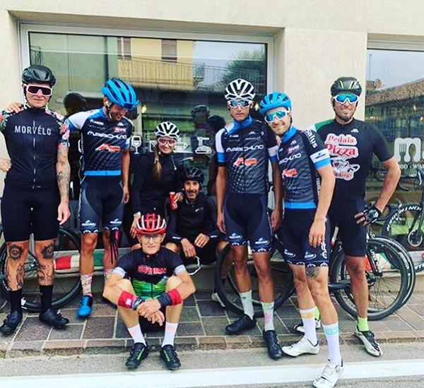 Amici ciclisti davanti locale mangè