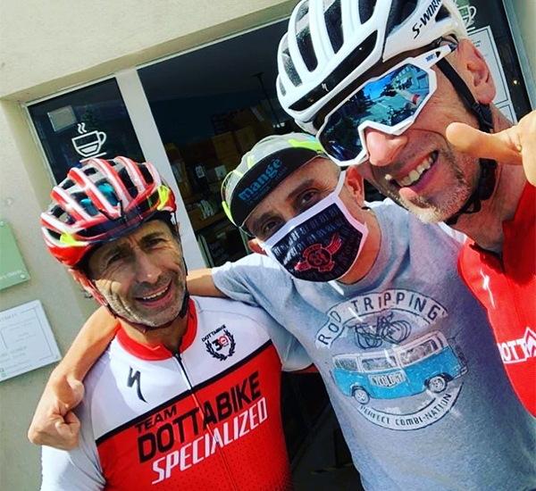 Angelo e ciclisti al negozio