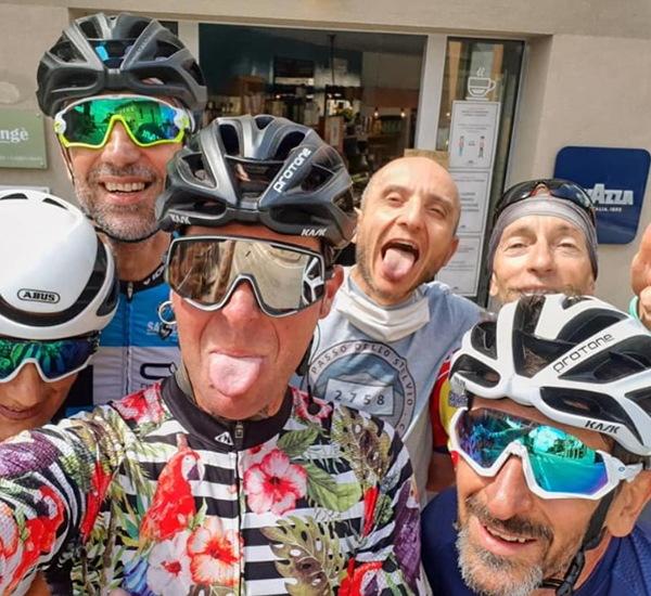 Ciclisti fanno linguaccia